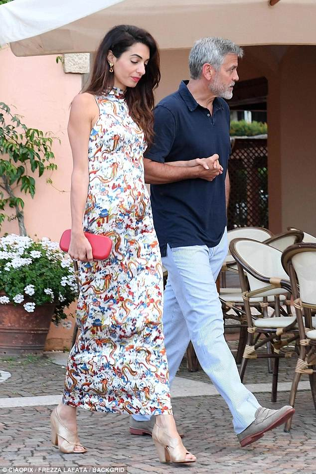 George and Amal out for dinner in Sardinia (2) 4CF62F5B00000578-5814585-image-a-11_1528326468784