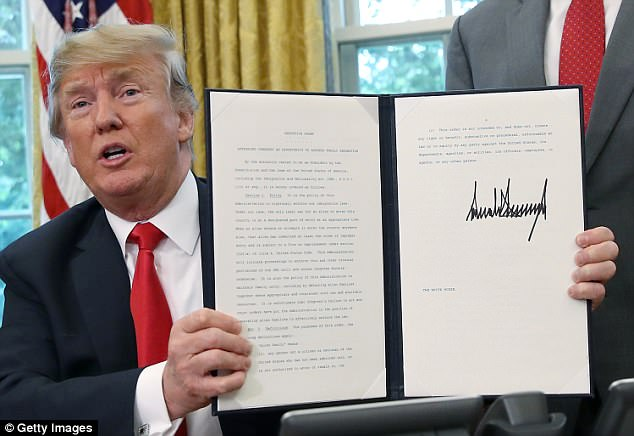 The Serious Side - part 6 - Page 10 4D7586A300000578-5869953-Yesterday_Trump_signed_an_executive_order_directing_his_attorney-a-52_1529591453843