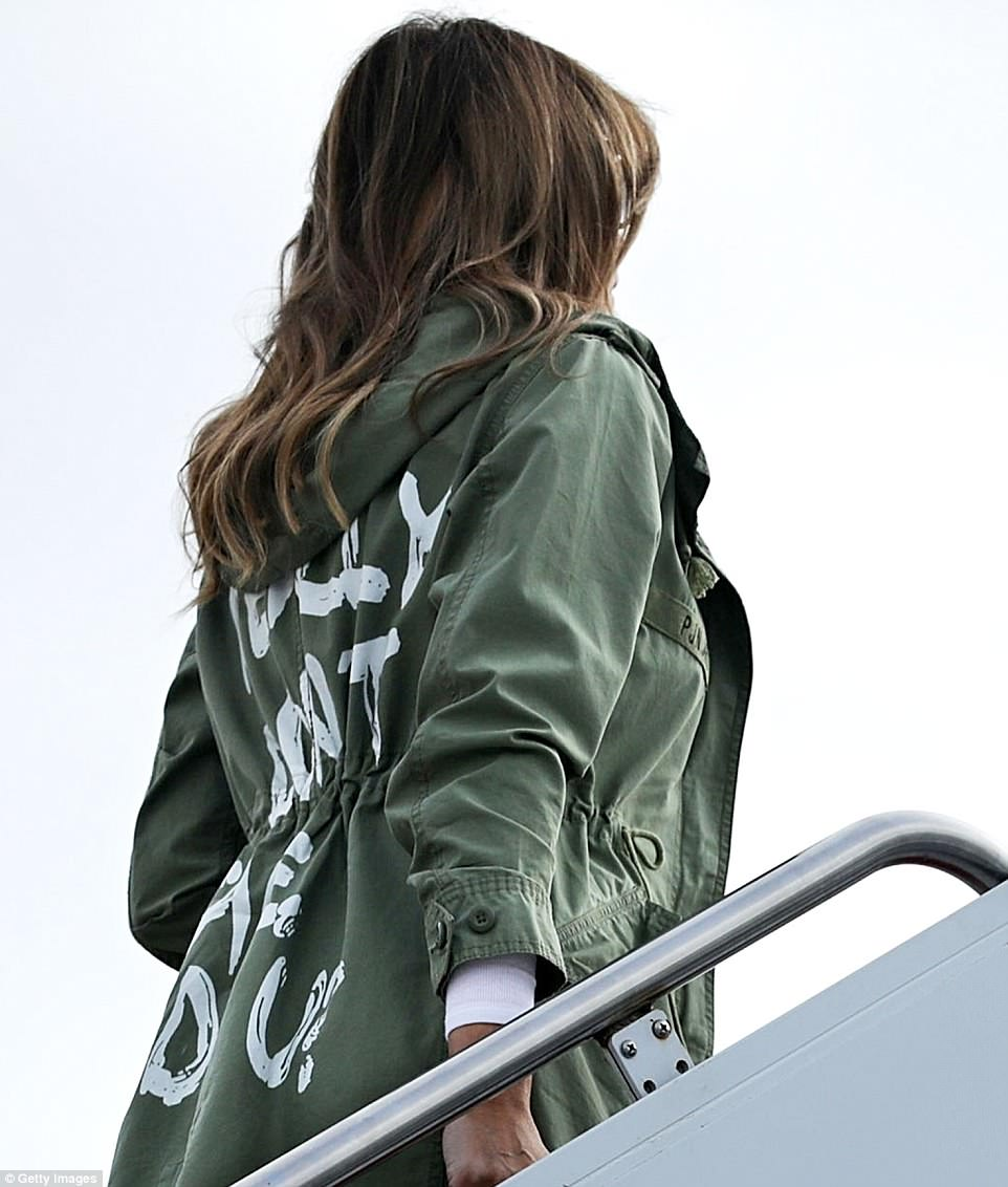 The Serious Side - part 6 - Page 10 4D7FB88500000578-5871221-Plain_as_day_Closer_up_images_of_the_jacket_taken_as_Melania_was-a-203_1529618706682