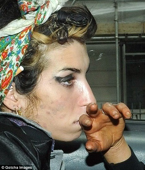 Amy Winehouse (1983-2011) - The life story is in her hands! Article-1027969-01A227F500000578-793_468x548