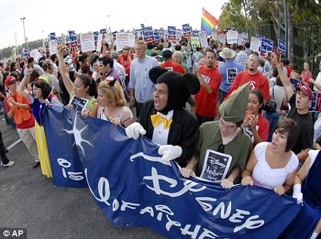 Cendrillon, Blanche-Neige, Mickey et les autres arrêtés par la Police à Disneyland Article-1045159-0249096100000578-61_468x348
