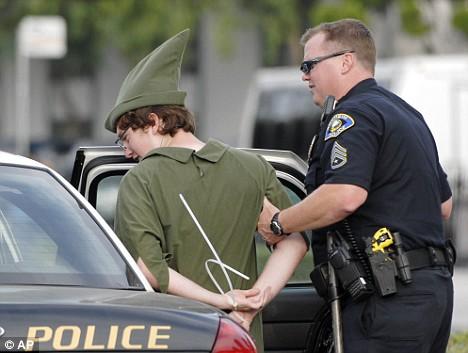 Cendrillon, Blanche-Neige, Mickey et les autres arrêtés par la Police à Disneyland Article-1045159-024909E700000578-866_468x353