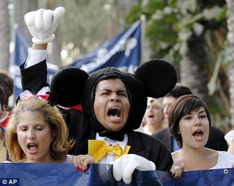 Cendrillon, Blanche-Neige, Mickey et les autres arrêtés par la Police à Disneyland Article-1045159-02490A3D00000578-620_468x372