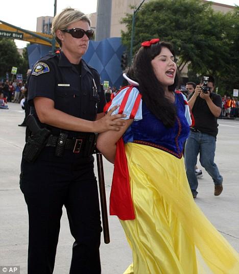 Cendrillon, Blanche-Neige, Mickey et les autres arrêtés par la Police à Disneyland Article-1045159-0249107900000578-663_468x537