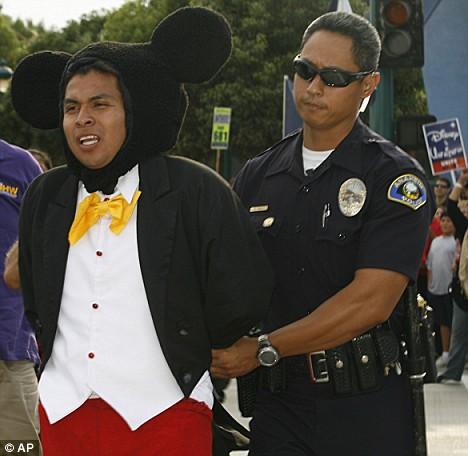 Cendrillon, Blanche-Neige, Mickey et les autres arrêtés par la Police à Disneyland Article-1045159-024917F600000578-205_468x456