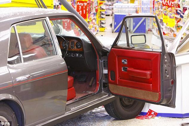 Alguém me sabe dizer onde fica o estacionamento !? Article-1185081-050707E1000005DC-539_634x422
