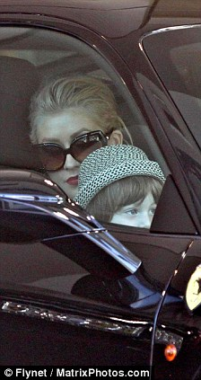 Christina Aguilera  en West Hollywood 31 de Julio Article-0-0AA5CB1D000005DC-947_224x423