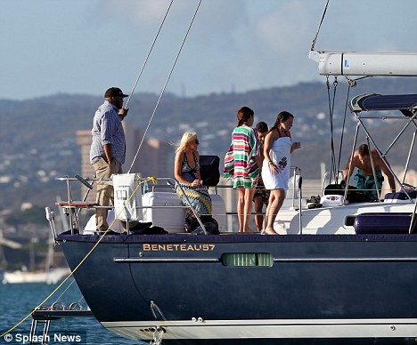 NUEVAS FOTOS!Christina Aguilera a bordo de un jet privado con un hombre misterioso! - Página 2 Article-0-0BACC6C1000005DC-532_468x388