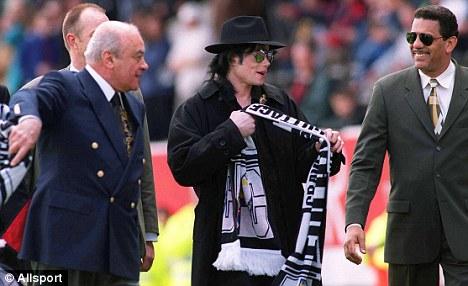 Mohamed Al Fayed erige una statua in onore di Michael Article-1366884-0B34632B00000578-77_468x286