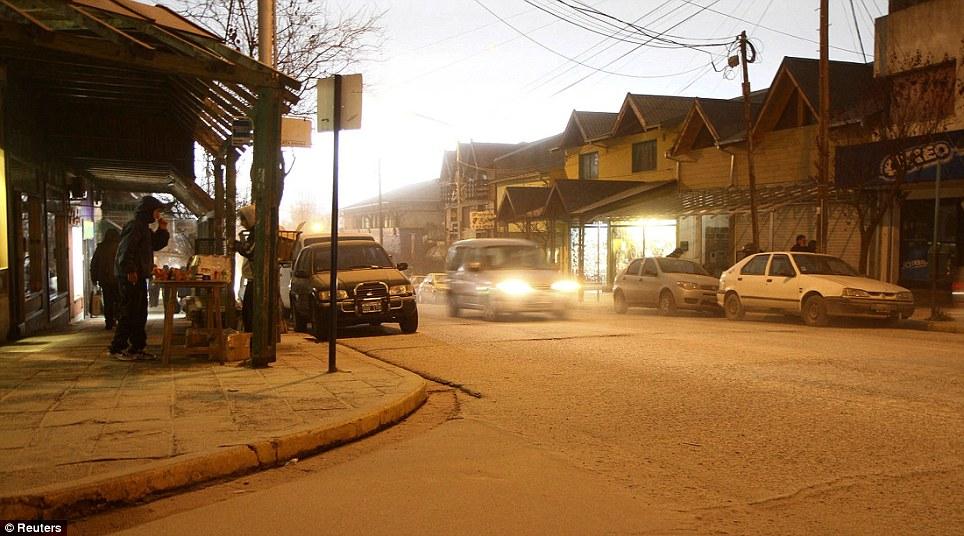 صور مذهــلة لاندلاع بركان تشيلي Article-1394503-0C68737E00000578-326_964x536