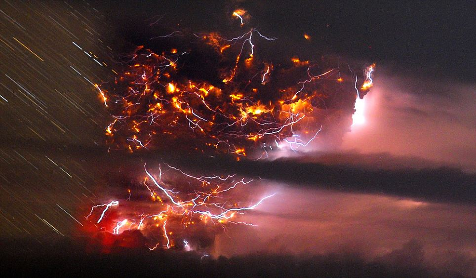 Lightning tears the sky apart above the glow of the Chilean volcano (pics) Article-1394503-0C6B7F3F00000578-946_964x563