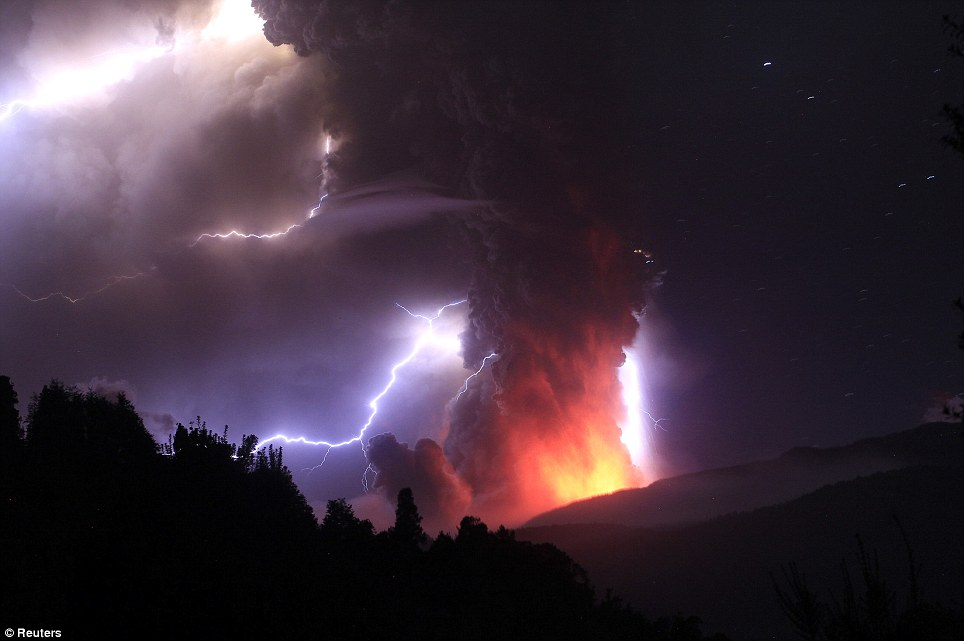 Lightning tears the sky apart above the glow of the Chilean volcano (pics) Article-1394503-0C6C133C00000578-562_964x641