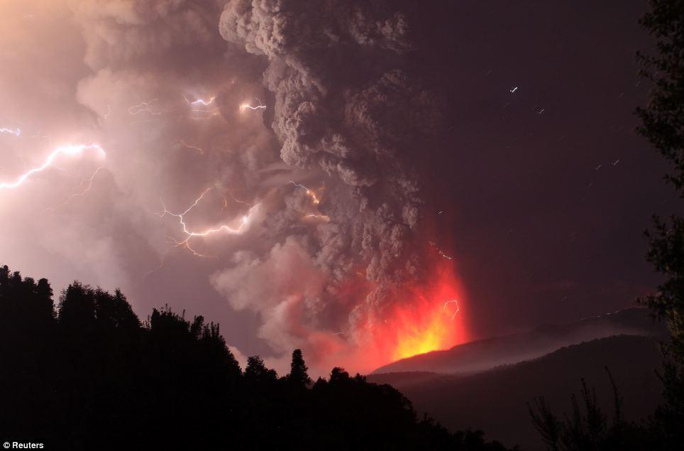 صور مذهــلة لاندلاع بركان تشيلي Article-1394503-0C6C15CC00000578-77_964x635