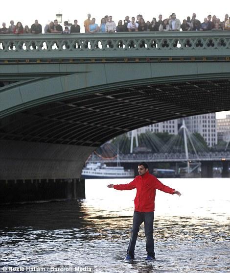 Londres - Un homme marche sur l'eau (illusionniste) Article-2008399-0CBCEC9C00000578-501_470x557