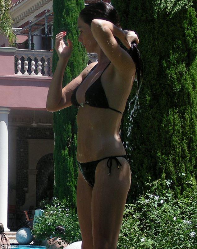 Actrices en bikini - Página 2 Article-0-0D54CBD600000578-646_634x800