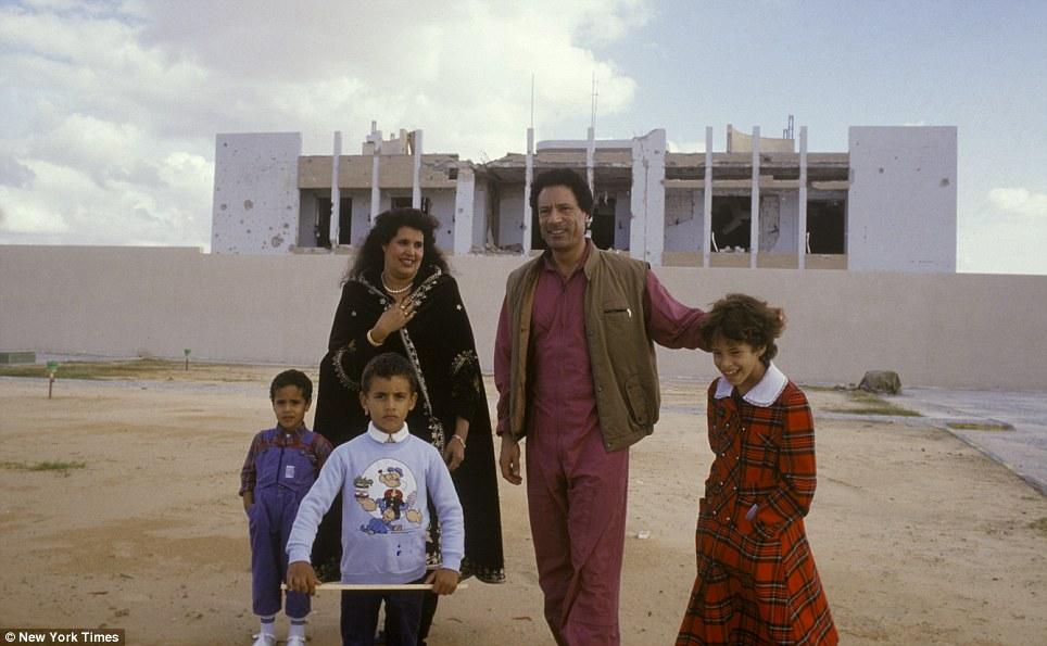 صور نادرة عن عائلة القذافى تنشر لاول مرة (( خاص امواج )) Article-2031555-0D9FF45700000578-62_964x595