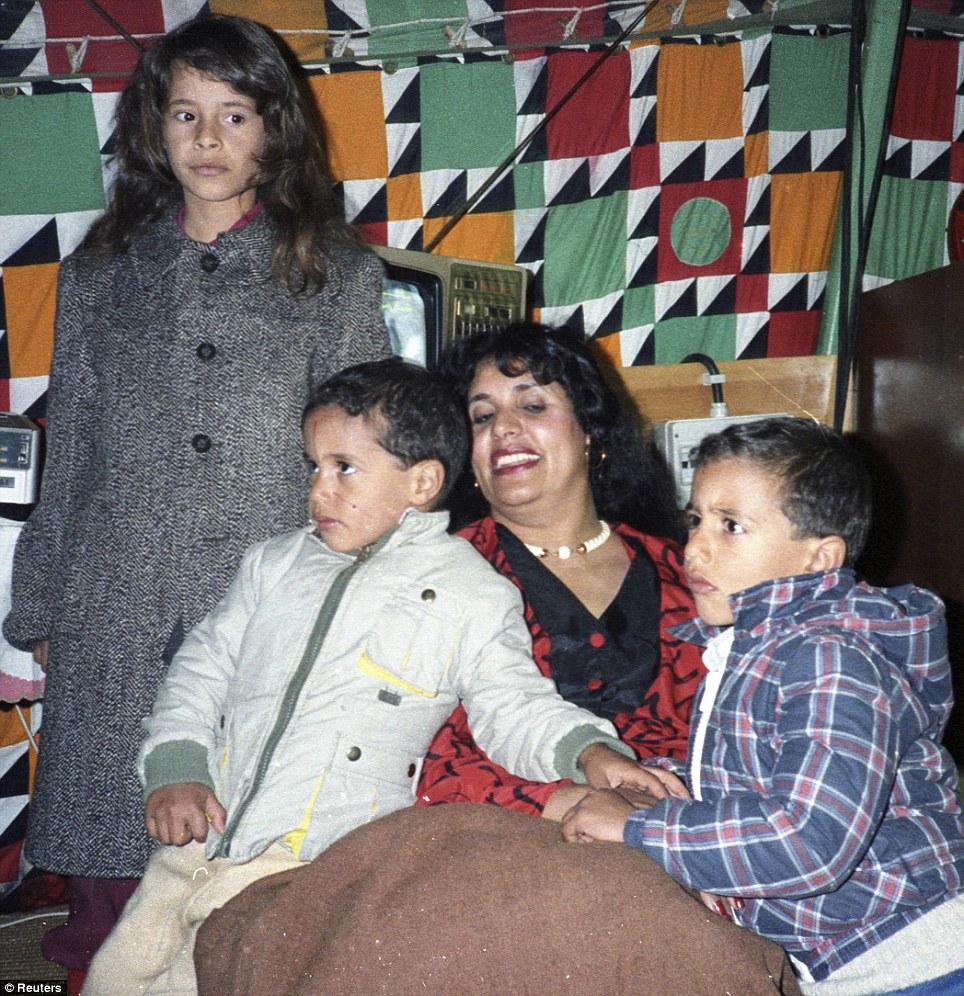 صور نادرة عن عائلة القذافى تنشر لاول مرة (( خاص امواج )) Article-2031555-0D9FF81F00000578-93_964x996