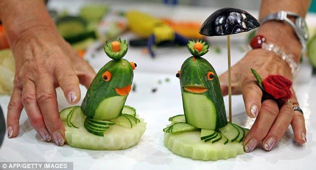 الإبداعية تتدفق : والمنحوتات الرائعة وضعت بعناء من الفواكه والخضروات مع فن النحت Article-2034069-0DB9727D00000578-500_634x341