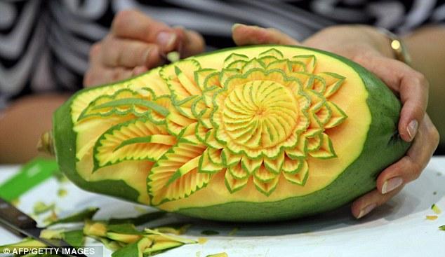 الإبداعية تتدفق : والمنحوتات الرائعة وضعت بعناء من الفواكه والخضروات مع فن النحت Article-2034069-0DB9798F00000578-242_634x367