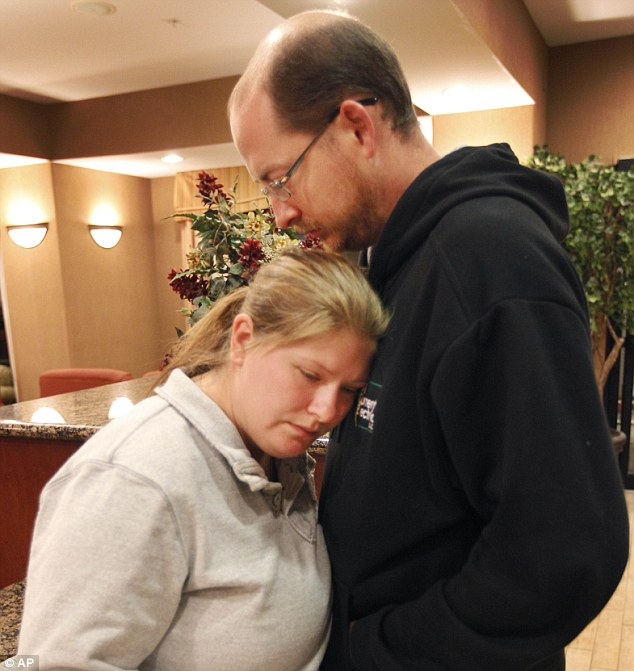 Lisa Irwin, still missing in Kansas City, MO Article-2046322-0E47100400000578-82_634x671