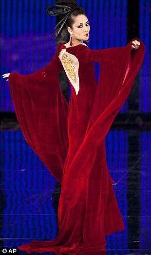 بالصور // باربي الإنسان تسرق الأضواء في أسبوع الموضة في بكين Article-0-0E876AF400000578-325_310x523