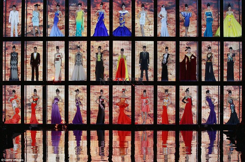 بالصور // باربي الإنسان تسرق الأضواء في أسبوع الموضة في بكين Article-0-0E87C75300000578-937_964x637