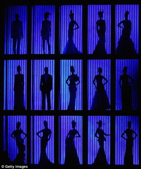 بالصور // باربي الإنسان تسرق الأضواء في أسبوع الموضة في بكين Article-0-0E87C79300000578-572_470x564