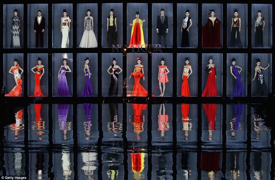 بالصور // باربي الإنسان تسرق الأضواء في أسبوع الموضة في بكين Article-0-0E87CA5300000578-348_964x631