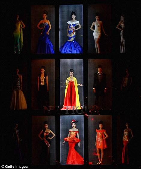 بالصور // باربي الإنسان تسرق الأضواء في أسبوع الموضة في بكين Article-0-0E87D1F900000578-139_470x564