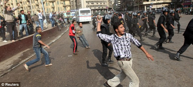 بالصور // The events of Tahrir Square on 19.20, 21, 22.23, 24 November أحداث ميدان التحرير يوم  19، 20 ، 21 ، 22 ، 23 ،24نوفمبر Article-2063825-0EDC7A1F00000578-639_634x286