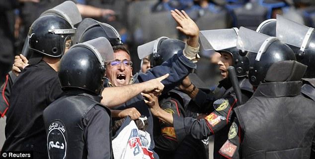 بالصور // The events of Tahrir Square on 19.20, 21, 22.23, 24 November أحداث ميدان التحرير يوم  19، 20 ، 21 ، 22 ، 23 ،24نوفمبر Article-2063825-0EDC9D2A00000578-801_634x321