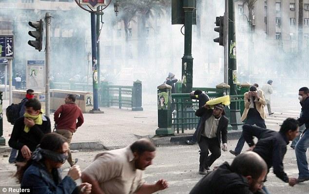 بالصور // The events of Tahrir Square on 19.20, 21, 22.23, 24 November أحداث ميدان التحرير يوم  19، 20 ، 21 ، 22 ، 23 ،24نوفمبر Article-2063825-0EDCDE5100000578-847_634x398