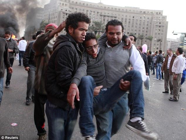 بالصور // The events of Tahrir Square on 19.20, 21, 22.23, 24 November أحداث ميدان التحرير يوم  19، 20 ، 21 ، 22 ، 23 ،24نوفمبر Article-2063825-0EDD0D2B00000578-766_634x477