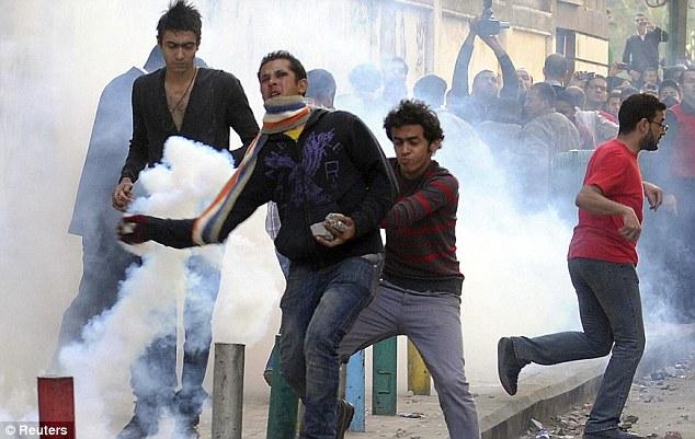 بالصور // The events of Tahrir Square on 19.20, 21, 22.23, 24 November أحداث ميدان التحرير يوم  19، 20 ، 21 ، 22 ، 23 ،24نوفمبر Article-2063825-0EDD0FE900000578-142_634x401