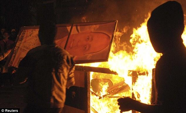 بالصور // The events of Tahrir Square on 19.20, 21, 22.23, 24 November أحداث ميدان التحرير يوم  19، 20 ، 21 ، 22 ، 23 ،24نوفمبر Article-2063825-0EDE68DF00000578-23_634x385