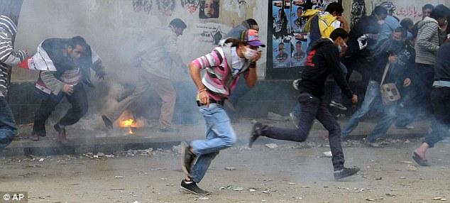 بالصور // The events of Tahrir Square on 19.20, 21, 22.23, 24 November أحداث ميدان التحرير يوم  19، 20 ، 21 ، 22 ، 23 ،24نوفمبر Article-2063825-0EDF372A00000578-5_634x286