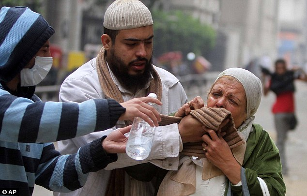 بالصور // The events of Tahrir Square on 19.20, 21, 22.23, 24 November أحداث ميدان التحرير يوم  19، 20 ، 21 ، 22 ، 23 ،24نوفمبر Article-2063825-0EDF379900000578-611_634x405