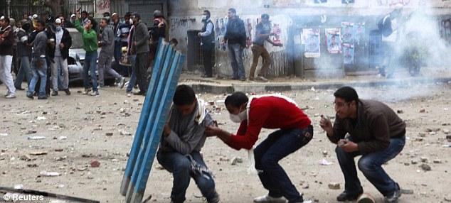 بالصور // The events of Tahrir Square on 19.20, 21, 22.23, 24 November أحداث ميدان التحرير يوم  19، 20 ، 21 ، 22 ، 23 ،24نوفمبر Article-2063825-0EDF4B2B00000578-235_634x286