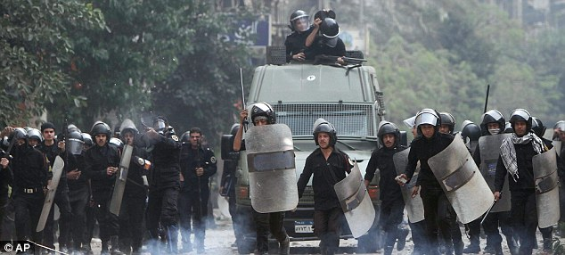 بالصور // The events of Tahrir Square on 19.20, 21, 22.23, 24 November أحداث ميدان التحرير يوم  19، 20 ، 21 ، 22 ، 23 ،24نوفمبر Article-2063825-0EDF4FB600000578-760_634x286