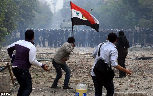 بالصور // The events of Tahrir Square on 19.20, 21, 22.23, 24 November أحداث ميدان التحرير يوم  19، 20 ، 21 ، 22 ، 23 ،24نوفمبر Article-2063825-0EDF5F7700000578-209_634x400