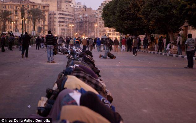 بالصور // The events of Tahrir Square on 19.20, 21, 22.23, 24 November أحداث ميدان التحرير يوم  19، 20 ، 21 ، 22 ، 23 ،24نوفمبر Article-2063825-0EE176F800000578-416_634x400