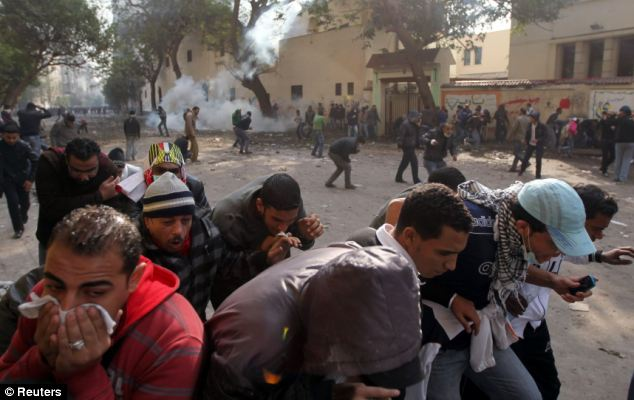 بالصور // The events of Tahrir Square on 19.20, 21, 22.23, 24 November أحداث ميدان التحرير يوم  19، 20 ، 21 ، 22 ، 23 ،24نوفمبر Article-2063825-0EE3322500000578-522_634x400