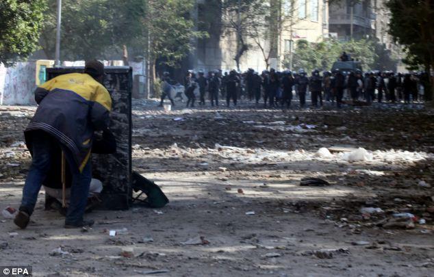 بالصور // The events of Tahrir Square on 19.20, 21, 22.23, 24 November أحداث ميدان التحرير يوم  19، 20 ، 21 ، 22 ، 23 ،24نوفمبر Article-2063825-0EE36B5200000578-851_634x405