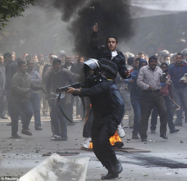 بالصور // The events of Tahrir Square on 19.20, 21, 22.23, 24 November أحداث ميدان التحرير يوم  19، 20 ، 21 ، 22 ، 23 ،24نوفمبر Article-2063825-0EE3DD5700000578-681_634x614