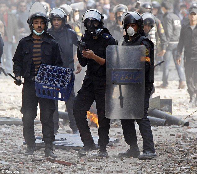 بالصور // The events of Tahrir Square on 19.20, 21, 22.23, 24 November أحداث ميدان التحرير يوم  19، 20 ، 21 ، 22 ، 23 ،24نوفمبر Article-2064674-0EE49DDA00000578-409_634x558
