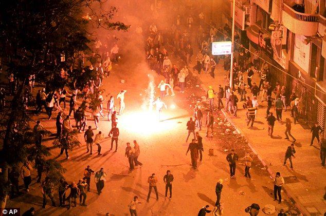 بالصور // The events of Tahrir Square on 19.20, 21, 22.23, 24 November أحداث ميدان التحرير يوم  19، 20 ، 21 ، 22 ، 23 ،24نوفمبر Article-2064674-0EE62BE300000578-933_634x421
