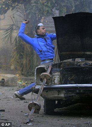 بالصور // The events of Tahrir Square on 19.20, 21, 22.23, 24 November أحداث ميدان التحرير يوم  19، 20 ، 21 ، 22 ، 23 ،24نوفمبر Article-2064674-0EE6807E00000578-111_306x423