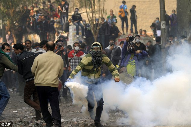 بالصور // The events of Tahrir Square on 19.20, 21, 22.23, 24 November أحداث ميدان التحرير يوم  19، 20 ، 21 ، 22 ، 23 ،24نوفمبر Article-2064674-0EE6977500000578-996_634x422