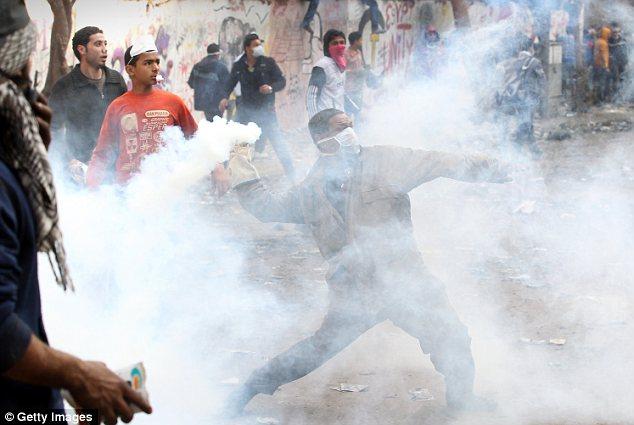 بالصور // The events of Tahrir Square on 19.20, 21, 22.23, 24 November أحداث ميدان التحرير يوم  19، 20 ، 21 ، 22 ، 23 ،24نوفمبر Article-2065194-0EE9898800000578-136_634x425