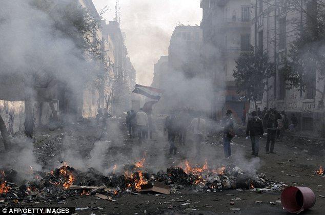 بالصور // The events of Tahrir Square on 19.20, 21, 22.23, 24 November أحداث ميدان التحرير يوم  19، 20 ، 21 ، 22 ، 23 ،24نوفمبر Article-2065194-0EE9D08500000578-239_634x420